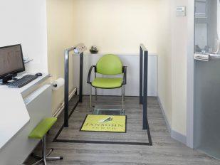 Kabine 3 mit Hebebühne für Rollstuhlfahrer oder beeinträchtigte Personen